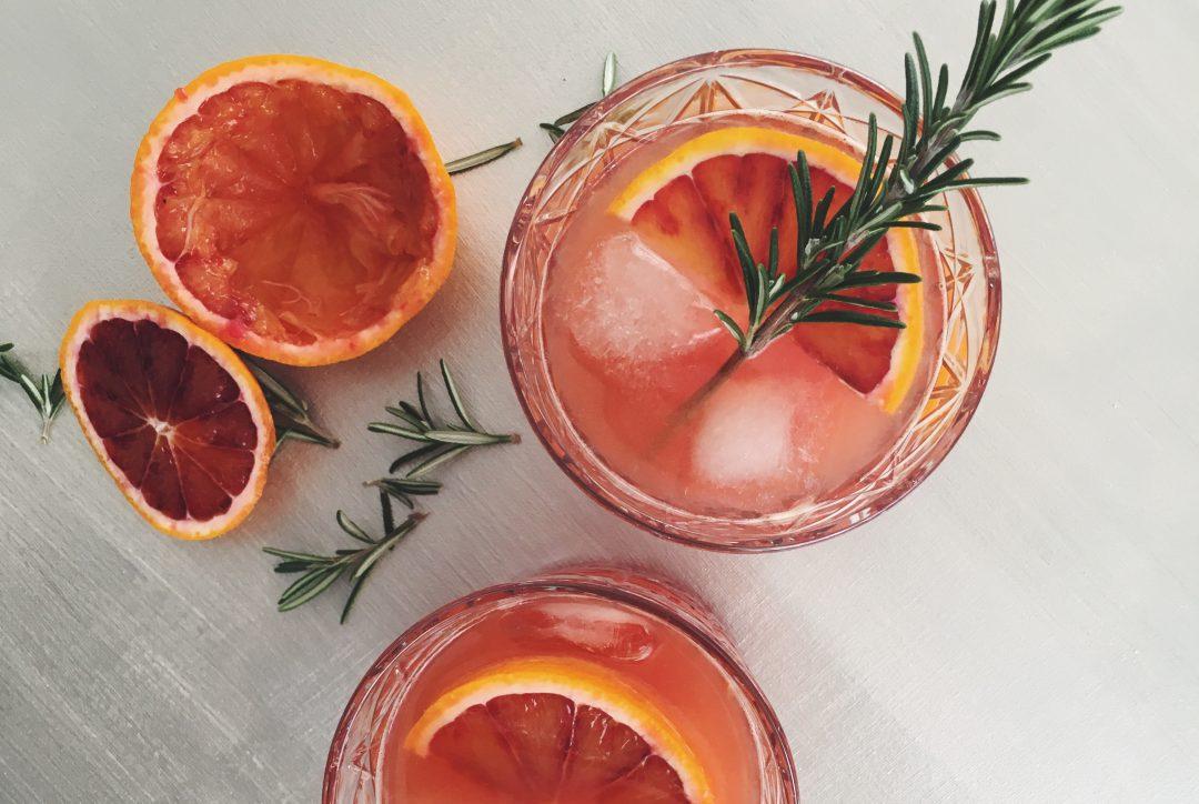Blutorangen-Gin mit Cointreau und Rosmarin