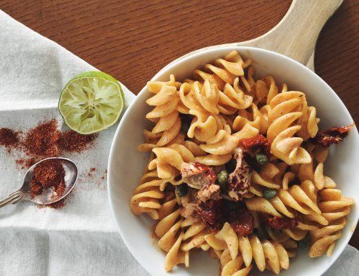 Cajun-Pasta mit getrockneten Tomaten und Kapern