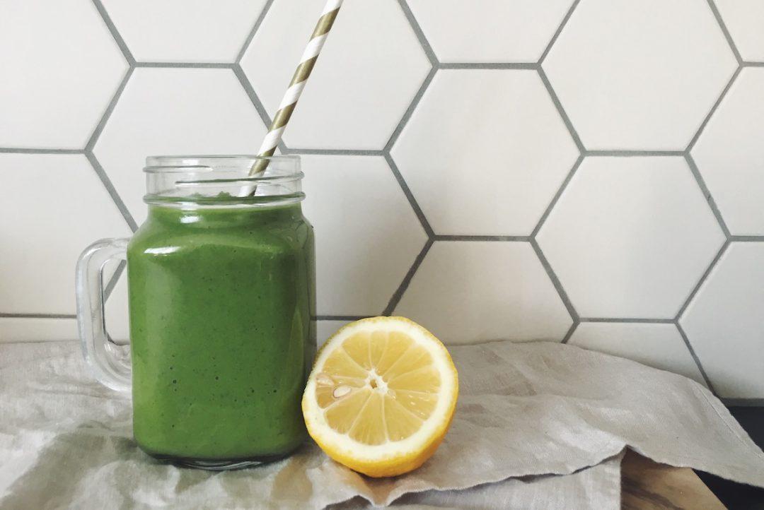 Grüner Power-Smoothie mit Spinat und Avocado