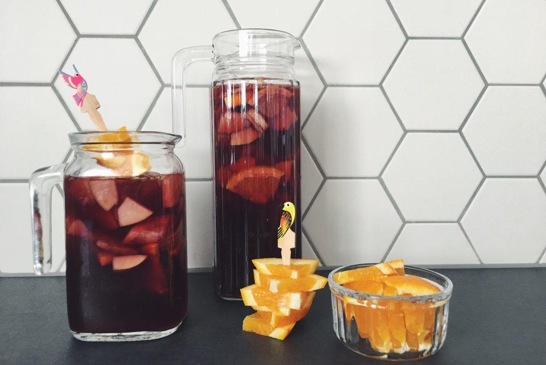 Hausgemachte Sangria mit Zitrusfrüchten und Äpfeln