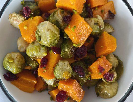 Lauwarmer Rosenkohl-Kürbis-Salat mit Cranberries