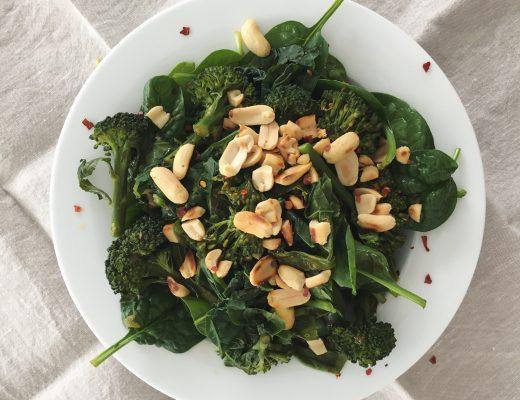 Spinat-Broccoli-Salat mit Limetten-Dressing und Erdnüssen