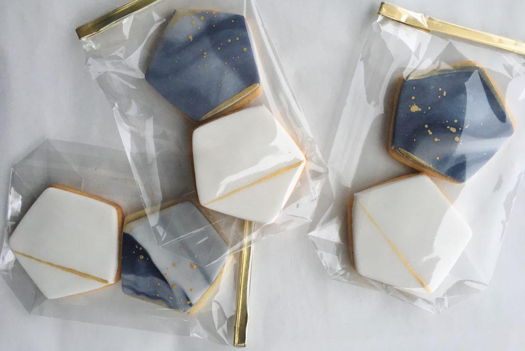Geometrische Fondant-Cookies mit Marmor-Effekt und gold