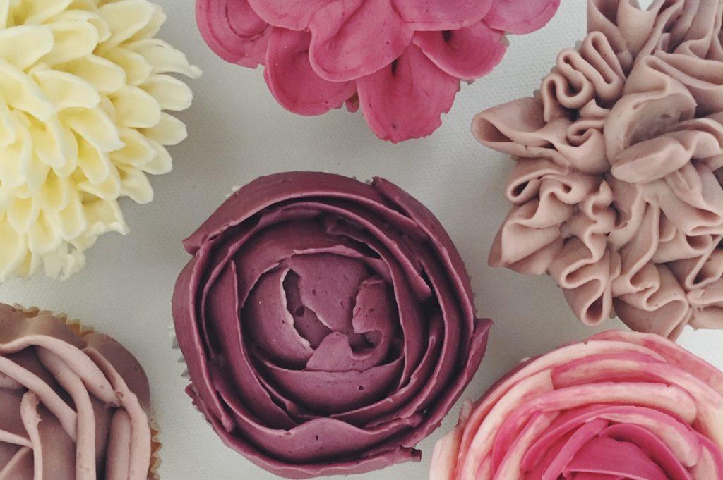 Deluxe-Cupcakes mit Buttercrème-Blumen von boumbelle