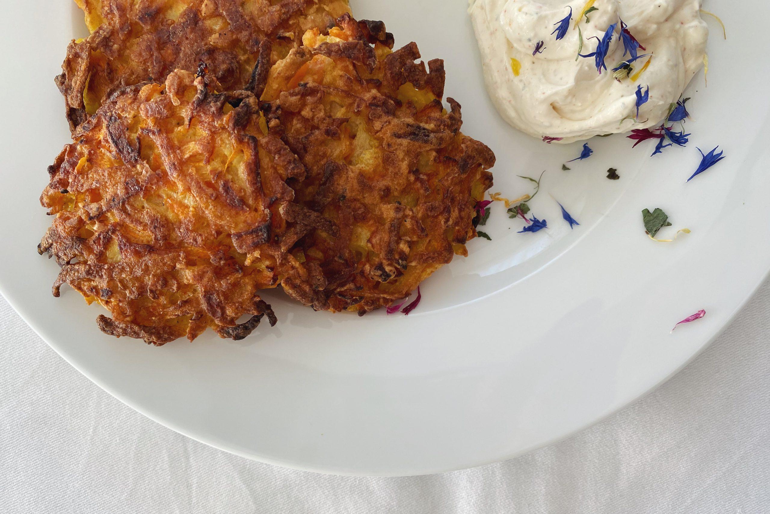Kartoffel-Rüebli-Tätschli mit Kräuterquark