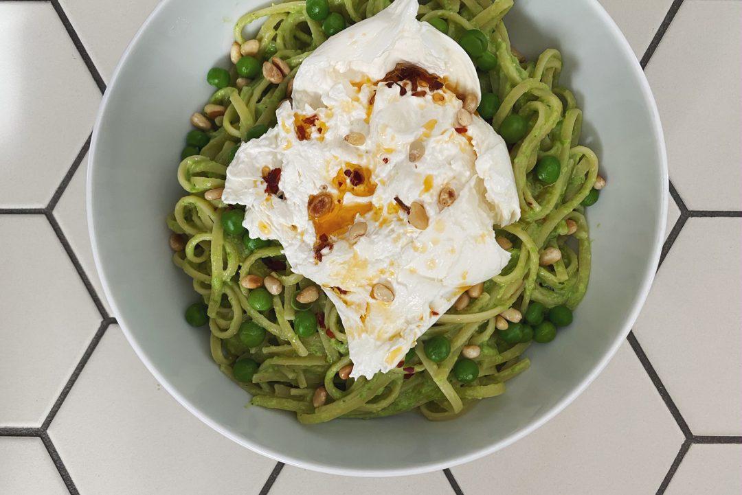 Pasta mit Erbsen-Pesto, Chili-Öl und Burrata