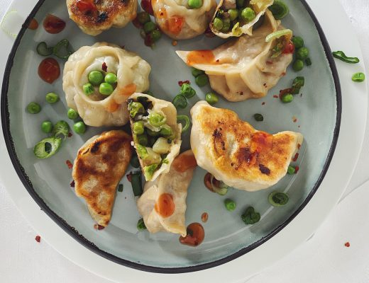 Momos mit Erbsen, Kartoffeln, Pilzen & Spinat (vegan)