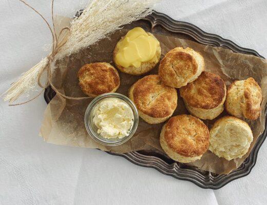 Scones mit einfacher Clotted Cream