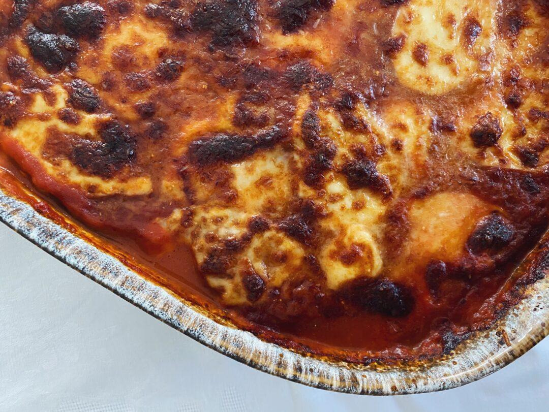 Nahaufnahme einer Melanzane alla parmigiana