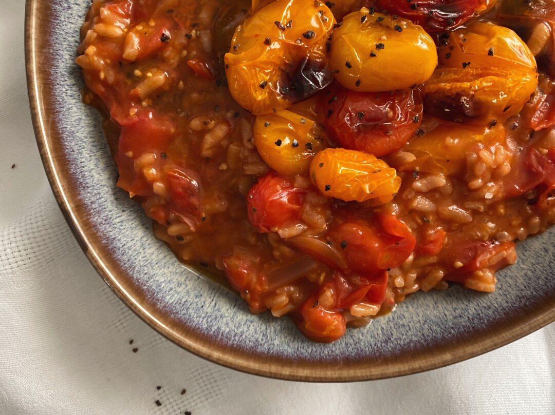 Tomaten-Risotto mit Ofentomaten in einem Teller angerichtet